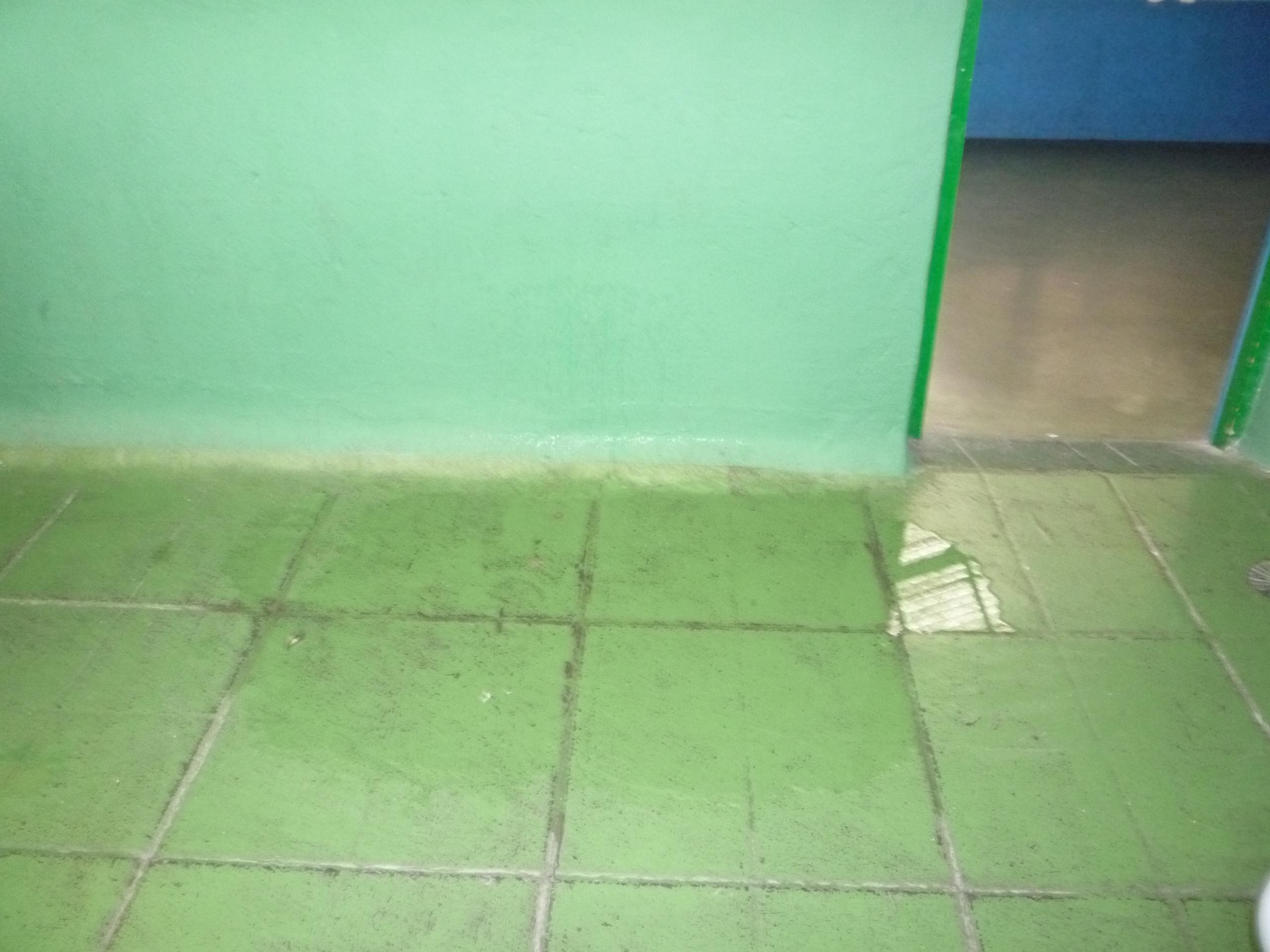 Un día cualquier de lluvia: agua de las goteras en el suelo de la planta tercera.